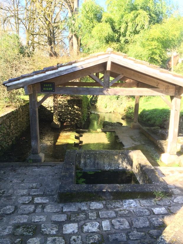 Le joli lavoir-fontaine